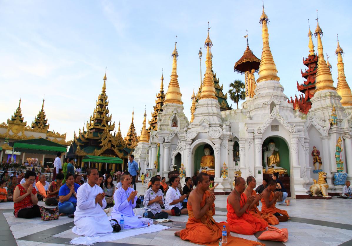 Ferveur bouddhiste à la Pagode Shwedagon
