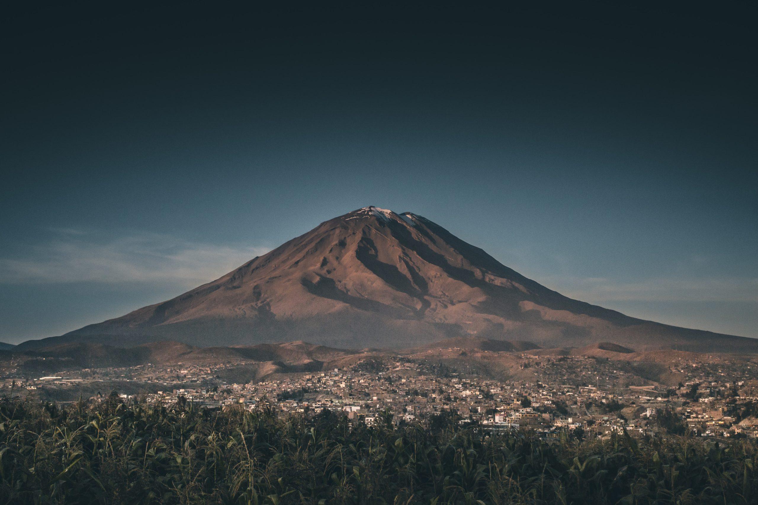 Le volcan Chachani dans la cordillère des Andes