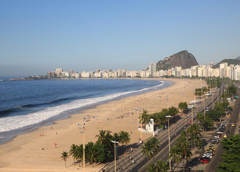 Détente sur la plage de Copacabana à Rio