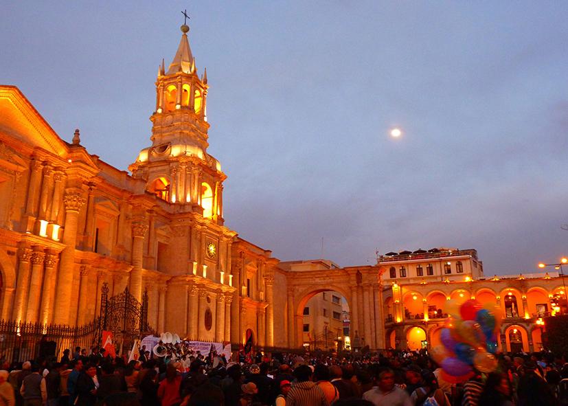 Le coucher de soleil sur la cathédrale d'Arequipa