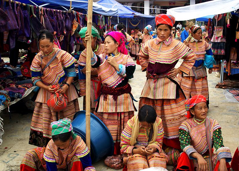 Ethnies colorées du marché de Bac Ha