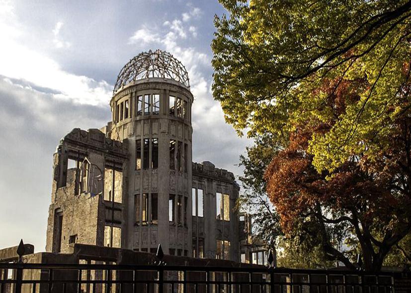 Le souvenir à Hiroshima autour des ruines de la mairie