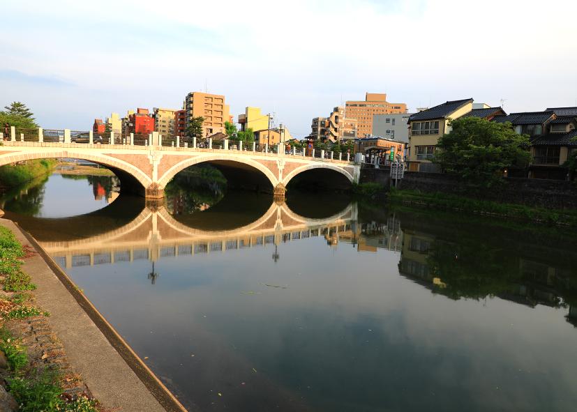Ponts et reflets sur les berges de Kanazawa