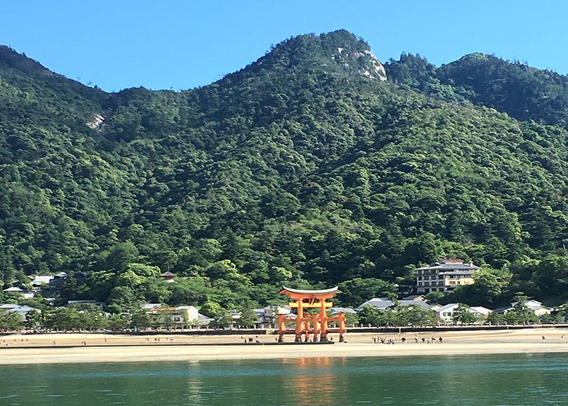 Le torii du sanctuaire Itsukushima au pied du mont Misen