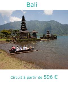 Balinais au temple Ulun Danu Bratan, partir à Bali au mois d'aout avec Nirvatravel