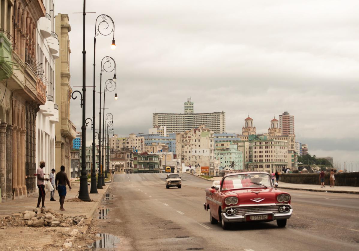 En voiture américaine sur le Malecon