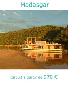 Bateau sur le fleuve Tsiribina, partir à Madagascar en septembre avec Nirvatravel