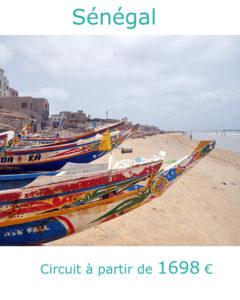 Pirogues sur la plage de Dakar, partir au Sénégal en avril avec Nirvatravel